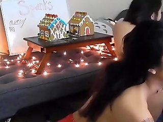 2 junge asiatinnen ficken sich mit einem Dildo vor der Webcam