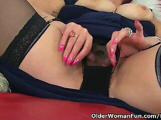 UK mummy Christina X wedges her vulva with a big black dildo